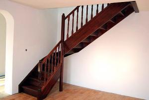 Scara din lemn cu balustrada