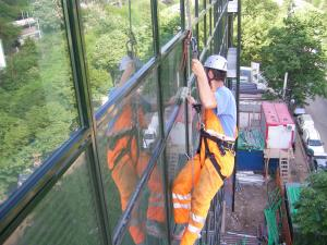 Curatare fatade cu alpinisti
