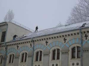 Alpinism utilitar - dezapezire acoperi la institutii publice