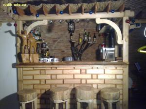 Mobilier bar din lemn masiv