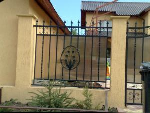 Gard din beton cu fier forjat,