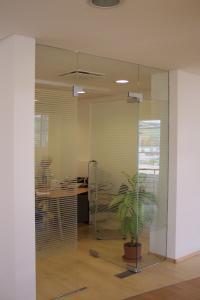 Compartimentari interioare cu sticla securizata.