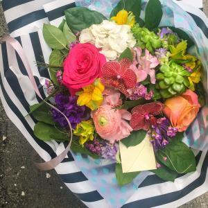 Buchet flori cu orhidee si trandafiri