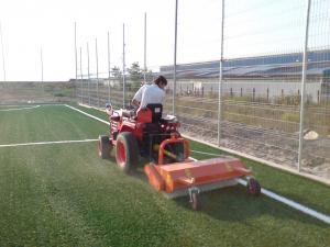 Intretinere terenuri sportive cu gazon artificial