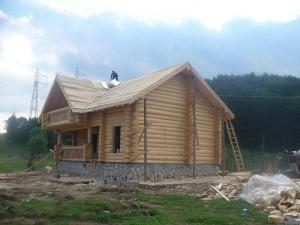 Case din lemn masiv rotund