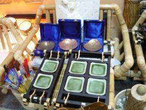 Set tavite ceramice, pe suport din bambus