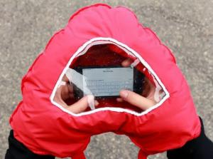 Manusa in forma de inima cu fereastra pentru telefon