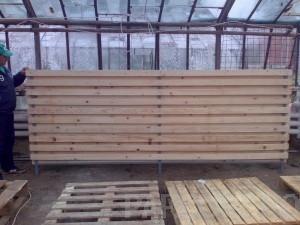 Constructii garduri din panouri de lemn fixate pe stalpi de metal.