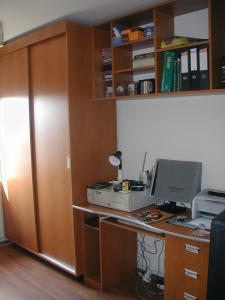 Dormitor cu birou din pal melaminat