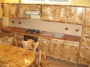 Mobilier incorporat de bucatarie,din lemn masiv, stil rustic