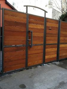 Porti metal + lemn , p. auto cu p pietonala inglobata