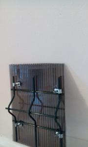 Sistem unicat de fixare pe orice tip de plasa de gard