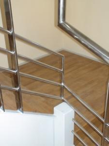 Scara lemn cu balustrada inox